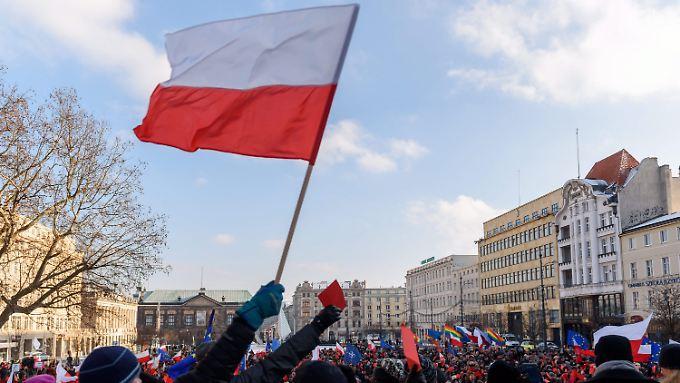 Mit polnischen und europäischen Fahnen protestieren Demonstranten zu Jahresbeginn unter anderem in Posen gegen die Politik der neuen Regierung.