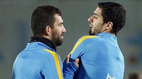 Im Training seit einem halben Jahr dabei: Arda Turan, links, hier mit Luis Suarez.