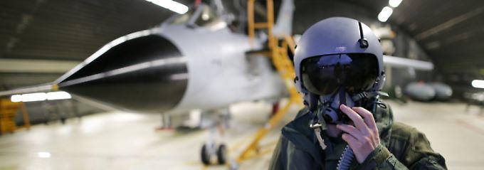 Ein Luftwaffenoffizier - samt Tornado - im Fliegerhorst Jagel.