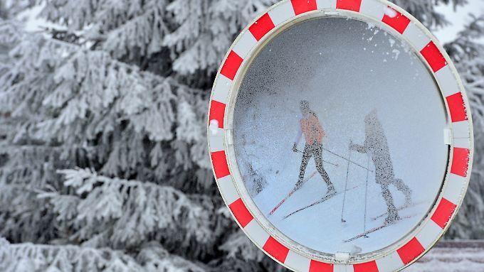 Die Wintersportler im Thüringer Wald müssen sich noch in Geduld üben.  Bis zu 12 Zentimeter Schnee sind erst gefallen. Zum Spuren der Loipen müssten es aber 25 Zentimeter sein.