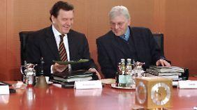 Der Kanzler und sein Kanzleramtschef: Gerhard Schröder und Frank-Walter Steinmeier bei einer Kabinettssitzung im Jahr 2002.