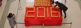 Zitterstart ins neue Jahr: Mit goldenen Sparbüchsen begrüßt eine Einkaufsmeile in Binzhou die Kundschaft.