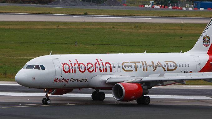 Zwei Namen auf dem Rumpf: Eine Maschine von Air Berlin auf dem Rollfeld in Düsseldorf.