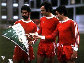 Jupp Kapellmann im Mai 1976 mit Franz Beckenbauer und Gerd Müller vor dem Endspiel im Europapokal der Landesmeister, das der FC Bayern im Hampden Park zu Glasgow mit 1:0 gegen AS Saint-Étienne gewann.