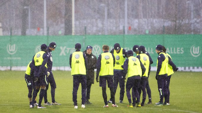 Trotz der eisigen Temperaturen bat Wolfsburgs Trainer Dieter Hecking seine Profis zum Training. Josuha Guilavogui fehlte dabei allerdings.