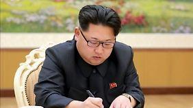 Auf diesem von Nordkorea verbreiteten Bild unterzeichnet Kim angeblich den Befehl zum Zünden der Bombe.
