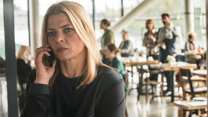 Tessa, ganz taffe Werbeagentur-Frau, hat Stress mit ihrem Chef - sie ist hin- und hergerissen zwischen Job und Familie.