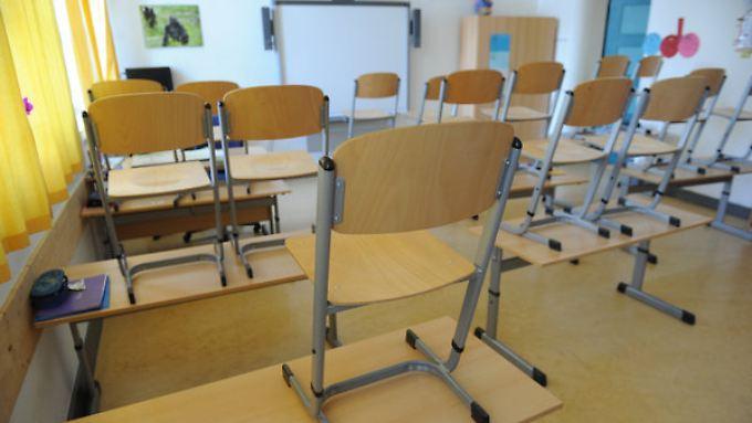 Stühle hoch und Schluss - in Niedersachsen fällt vielfach die Schule aus.