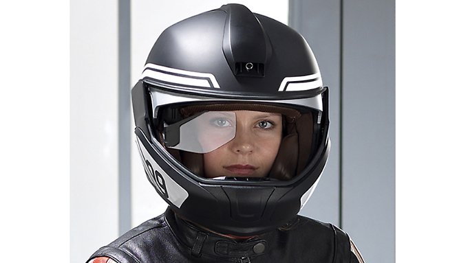 Im neuen BMW-Helm ist eine Kamera integriert, die zur Datenbereitstellung im Head-up-Display unerlässlich ist.