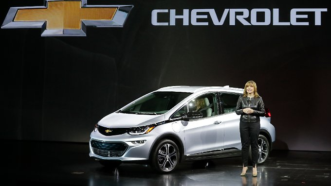 Die GM-Chefin Mary Barra genießt es in Las Vegas auf der CES den neuen Chevrolet Bolt zu präsentieren.
