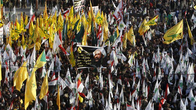Seit Tagen protestieren Schiiten gegen die Hinrichtung des schiitischen Geistlichen in Saudi-Arabien - hier in Bagdad.