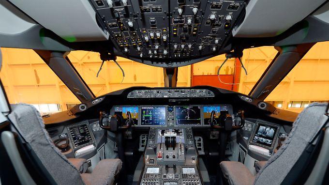 Blick ins Cockpit einer 787: Der geringere Spritverbrauch moderner Leichtbauflieger macht die Maschinen von Boeing und Airbus auf dem Markt begehrt.