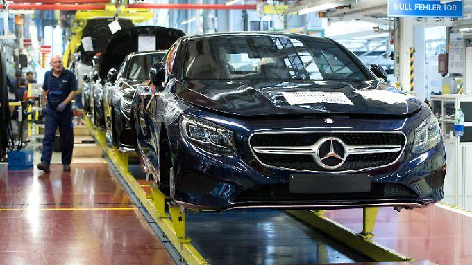 Im Mercedes-Werk in Sindelfingen (Baden-Württemberg) werden Fahrzeuge der S-Klasse gefertigt.