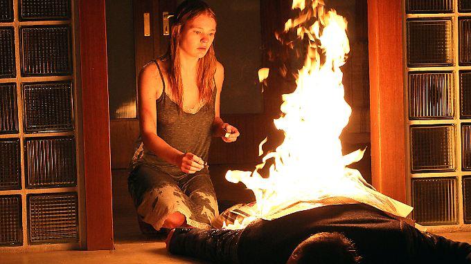 Neben der brennenden Leiche ihres Entführers wird die 17-jährige Rebecca (Gro Swantje Kohlhof) völlig verstört gefunden.