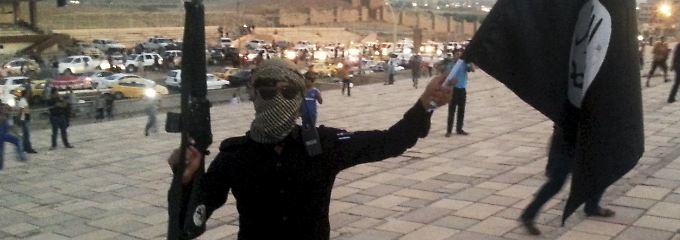 Ein IS-Terrorist in der irakischen Stadt Mossul (Bild von 2014) - in der Nähe sind auch türkische Soldaten stationiert.