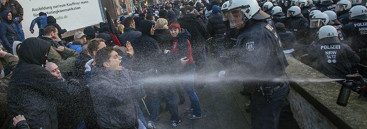 Wasserwerfer in Köln: Polizei beendet Pegida-Demo