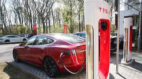 Der Tesla muss auf der Strecke zwischen München und Köln zweimal an den Supercharger.