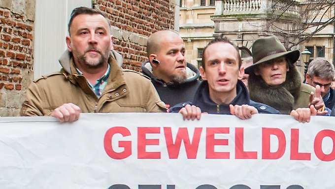 Bachmann (li.) nimmt an einer Demonstration in Antwerpen teil.