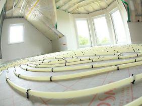 Bei einer Flächenheizung werden dünne Rohre imFußboden verlegt. Durch sie fließt später Wasser, das seine Wärme an dieRaumluft abgibt. Und natürlich:Der Fußboden fühlt sich mollig-warm an.