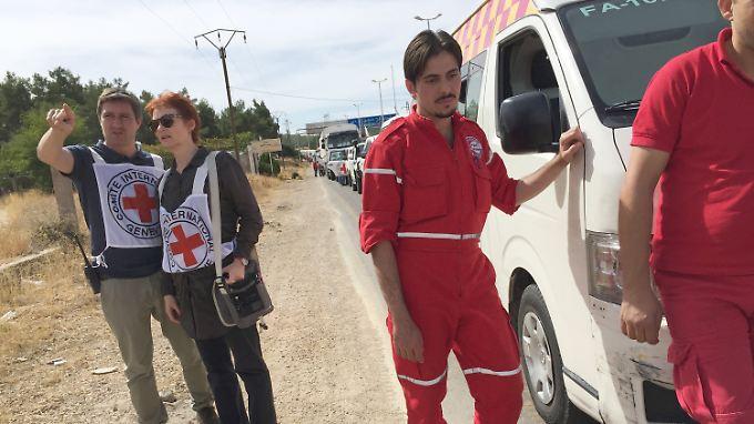 Helfer des IKRK warten auf das Signal zur Abfahrt. Erst lange Verhandlungen machten die Hilfslieferung möglich.