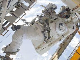 NASA-Astronaut Garrett Reisman bei Außenarbeiten an der ISS (2010).