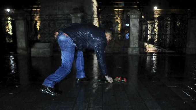 Ganz Istanbul ist geschockt: Ein Mann legt Blumen am Anschlagsort nieder.