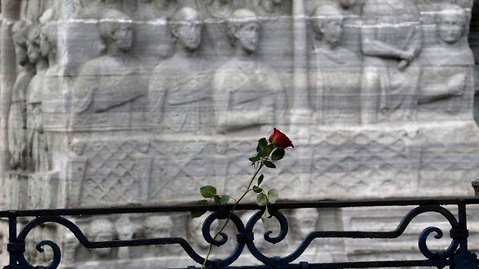 Eine Blume erinnert am Anschlagsort an die Opfer.