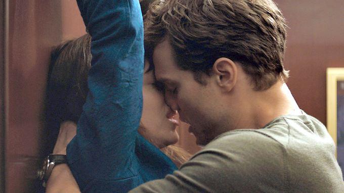 Dakota Johnsam und Jamie Dornan räumen mit ihrem Schnulz-Streifen Spott-Preis-Nominierungen ab.