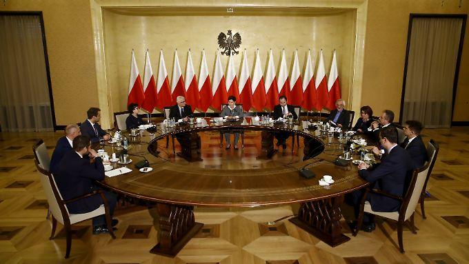 """Ministerpäsidentin Szydlo (Mitte) nach der Entscheidung in Brüssel: """"Wir werden keine Politik auf Knien führen."""""""