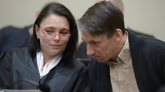 Ralf Wohlleben berät sich im Landgericht München am 253. Verhandlungstag mit seiner Anwältin Nicole Schneiders.