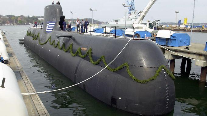 """Ein U-Boot vom Typ 214 wird bei der Howaldtswerken-Deutsche Werft AG (HDW) in Kiel: Die """"HS Papanikolis"""" ging 2004 an Griechenland - unter Umständen, die die Behörden bis heute beschäftigen."""