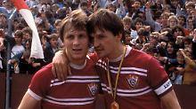 Die BFC-Spieler Andreas Thom (links) und Frank Rohde feiern den Titelgewinn 1987.