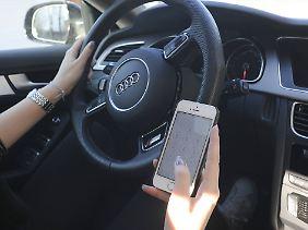 Mit dem Smartphone herumhantieren ist nur erlaubt, wenn das Fahrzeug steht und der Motor ausgeschaltet ist.