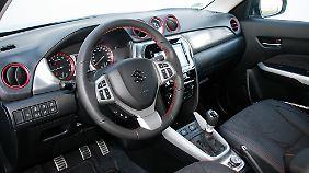 """Klassische Eleganz herrscht im Cockpit, die roten Einfassungen identifizieren die """"S""""-Version."""