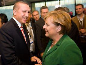 Merkel und Erdogan beim EM-Qualifikationsspiel in Berlin.