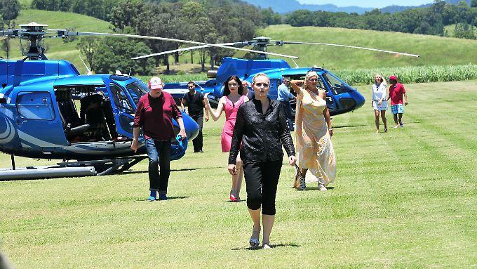 Sie sind da! Die Stars auf dem Weg ins Camp.
