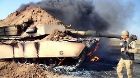 Ein irakischer Soldat neben einem zerstörten Panzer nahe Tikrit.