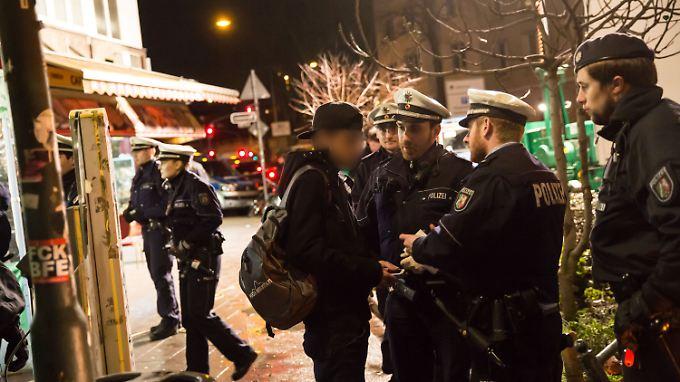 """Razzia am Düsseldorfer Hauptbahnhof: Polizisten durchkämmen berüchtigtes """"Maghreb-Viertel"""""""