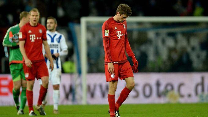 Mit hängenden Köpfen und einer Niederlage gegen Zweitligist Karlsruher SC trollten sich die Bayern-Stars nach dem Abpfiff.