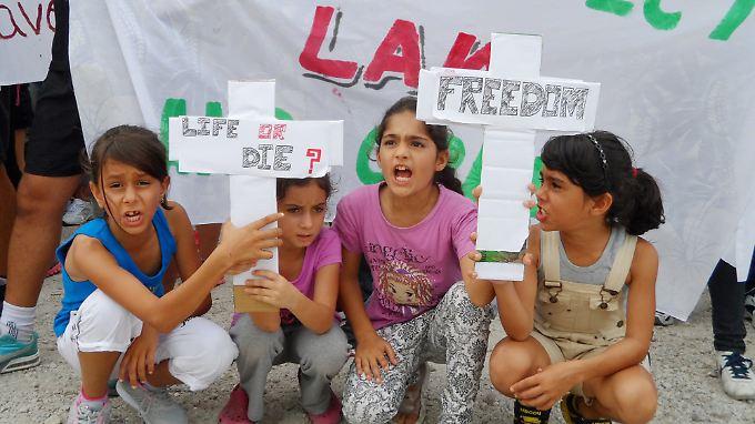Flüchtlingskinder bei einer Demonstration gegen die Lebensbedingungen auf der Insel Nauru.