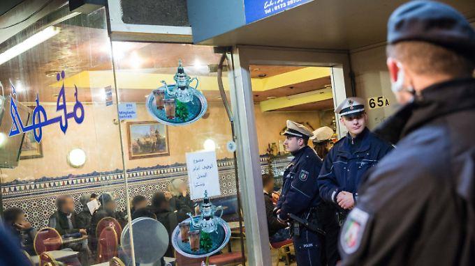 Rund 300 Polizisten waren im Düsseldorfer Maghreb-Viertel im Einsatz.