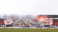 """Die Fans des Halleschen FC beim Feiern im neu errichteten """"Erdgas Sportpark""""."""