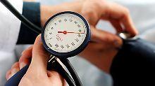 Alle drei bis sechs Monate schauen Bluthochdruck-Patienten bei ihrem Arzt vorbei. Bei einem Zielwert von 120 wäre das zu selten.