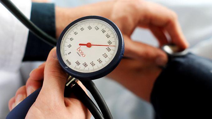 Alle drei bis sechs Monate schauen Bluthochdruck-Patienten bei ihrem Arzt vorbei. Bei einem Zielwert von 120 wäre das zu selten - wegen höherer Nebenwirkungen.