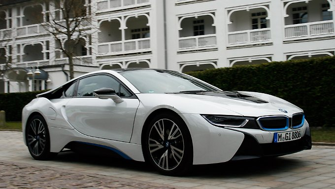 Lautlos durchs Wohngebiet: Bis zu 30 km legt der BMW i8 elektrisch zurück.