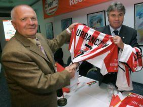 Anlässlich des 35. Jahrestages der Brandkatastrophe bekommt Klaus Urbanczyk 2006 vom damaligen PSV-Trainer Guus Hiddink ein PSV-Trikot überreicht.