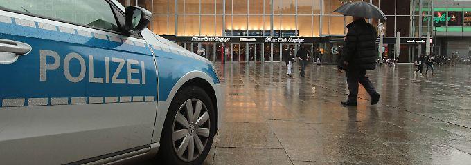 Die Kölner Polizei hat ihre Präsenz in der Innenstadt rund um den Bahnhof und der Domplatte verstärkt.