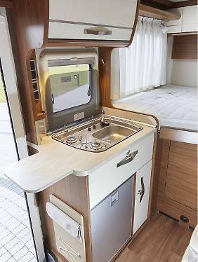 Hinter der Küche wurde das Bett quer eingebaut. Genau das macht den Hymer S 500 so kompakt.