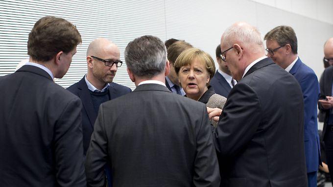 Merkel bringt Partei und Fraktion auf Kurs - hier in einer Sitzung mit der Unionfraktion im Bundestag.