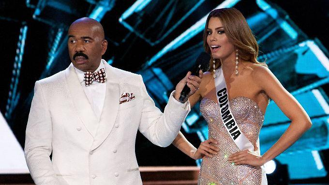 """Moderator Steve Harvey erklärt Ariadna Gutierrez, ihres Zeichens Miss Kolumbien, zur """"Miss Universe"""". Allein: Harvey hatte sich verguckt. Auf seiner Moderationskarte stand: """"Zweitplatzierte: Kolumbien""""."""